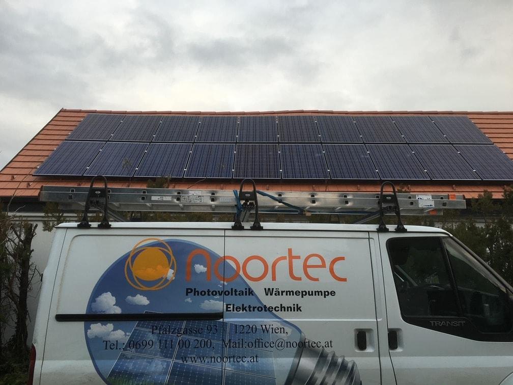Frontansicht Referenz Photovoltaik auf einem Schrägdach