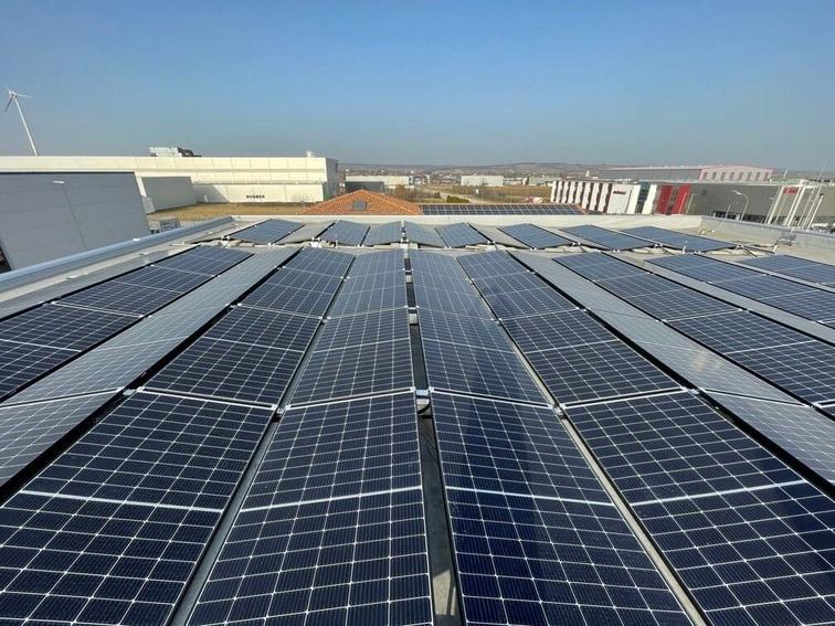 Ost-West Ausrichtung von Photovoltaik auf einem Dach im Burgenland